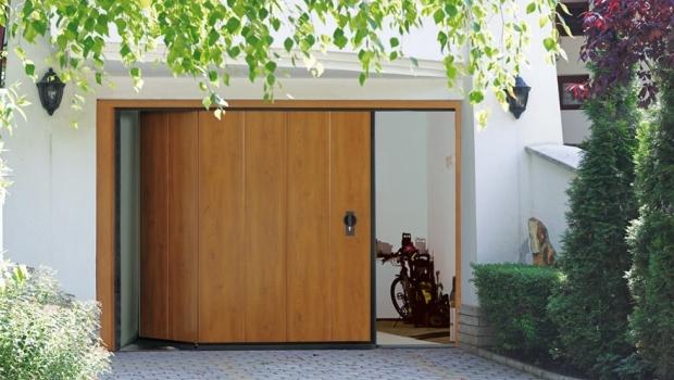 Sectional sidescrolling door