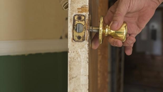 How to repair a door