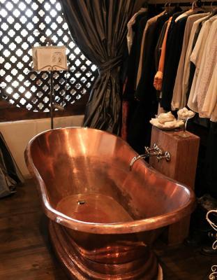 Copper-bath-tub-of-the-copper-bath